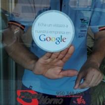 La pegatina de Google como negocio verificado ya luce en el escaparate de Pizza Horno Aguadulce