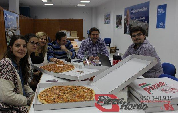 Pizzas sobre la mesa en la sede del PP de Roquetas