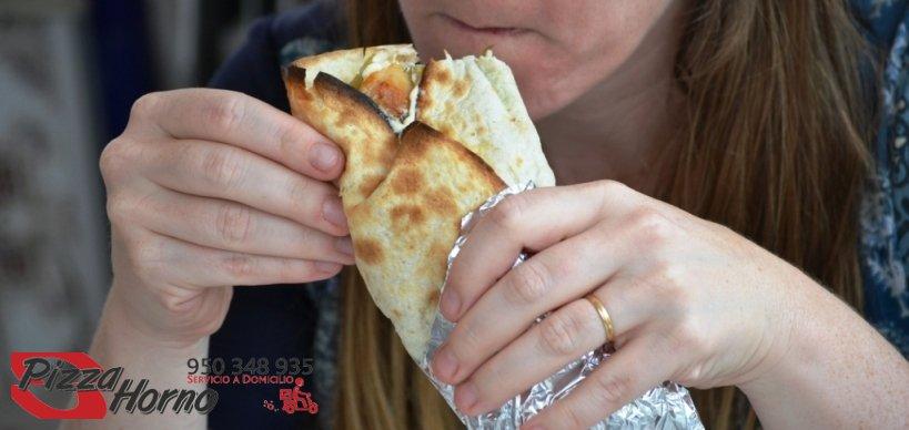 Mujer de Aguadulce disfrutando de un Kebab de Pizza Horno